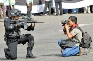 Policia y fotografo