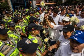 Entregando flores a los policias
