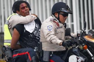 Policias se llevan detenido a un estudiante